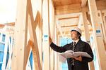 住宅建設現場をチェックする建築士