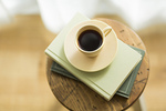 椅子の上にあるコーヒー