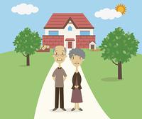 家の前で一緒に並ぶシニア夫婦