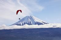 富士山とパラグライダー