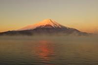 山中湖から見た朝焼けの富士山