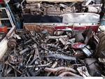 解体された自動車部品