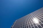 ビルの壁面に設置された大型ソーラーパネル