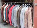 洋服店の店頭に並んだジャケット