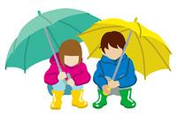 傘を持つ子供 しゃがむ 二人