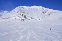 大雪山旭岳と人物