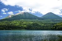 北海道オンネトーと阿寒の山々