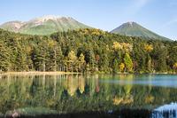 秋のオンネトーと阿寒の山々