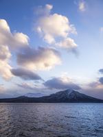 夕日の支笏湖と樽前山
