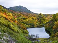 紅葉の大雪山高原沼と緑岳
