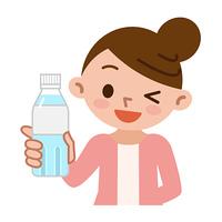 水のペットボトルを持った女性