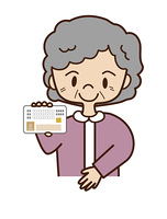 マイナンバーカードを提示するシニア女性