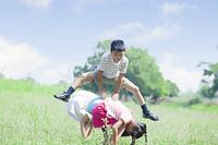 公園で遊ぶ小学生