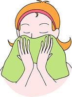 顔を洗う女性