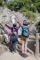 山登りをするミドル女性