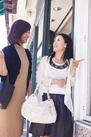 ショッピングを楽しむミドル女性