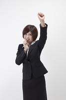 笛を吹く女性会社員
