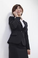 電話をかける女性会社員
