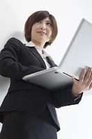 パソコンを持つ女性会社員