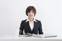 机に座る女性会社員