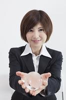 地球儀を持つ女性会社員
