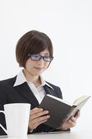 本を読む女性会社員