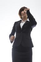 走る女性会社員
