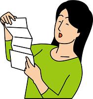 手紙を見て喜ぶ20代女性