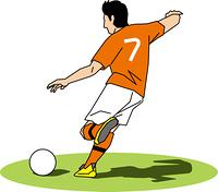 ボールを蹴ろうとするサッカー選手