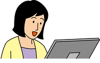 パソコンを見る笑顔の10代女性