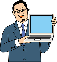 パソコンを見せて微笑む50代ビジネスマン