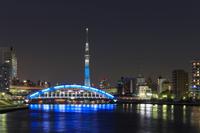 東京 夕暮れ時の永代橋と東京スカイツリー