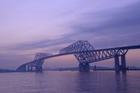 夕暮れ時の東京ゲートブリッジ