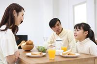 朝食を食べる家族