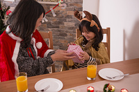 クリスマスプレゼントを渡す母親