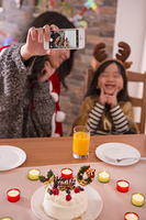 クリスマスに記念撮影をする親子
