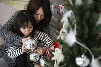 ツリーを飾りつけるお母さんと娘