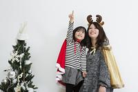 クリスマスを過ごすお母さんと娘