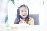 テーブルに座る女の子