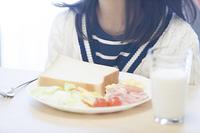 女の子と朝食