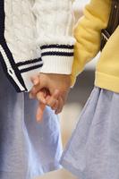 手を繋ぐ姉妹