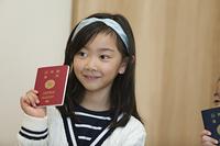 パスポートを持つ女の子