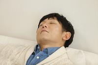 ソファで寝るお父さん