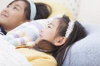 ベッドで眠る子供達