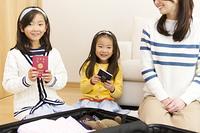 旅行の準備をする家族