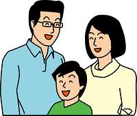 笑顔で並んで立つ親子三人