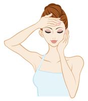 スキンケアする女性 - 目を閉じる