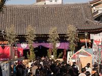 初詣で客で賑わう浅草寺神社