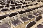ホールに並んだパイプ椅子