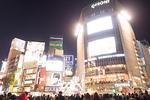 夕暮れの渋谷駅前交差点